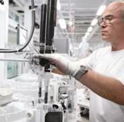 Operatore dello stabilimento che utilizza le attrezzature Rexroth