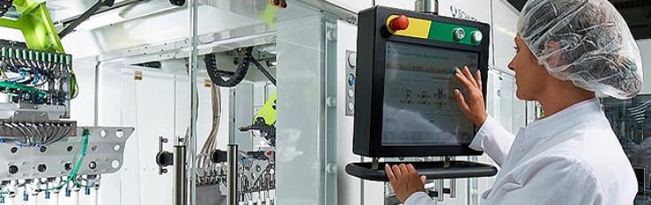 Un dipendente controlla le attrezzature Bosch per la lavorazione e l'imballaggio