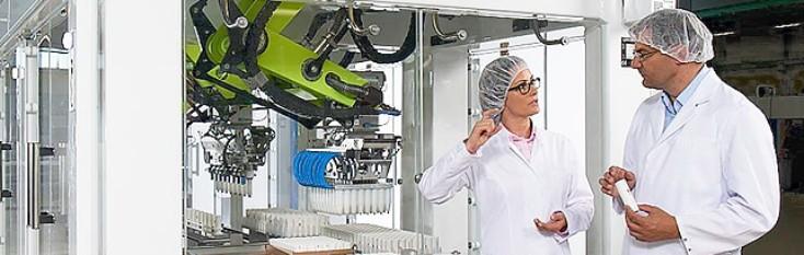 Alcuni operai discutono delle soluzioni di lavorazione e imballaggio di Bosch Rexroth