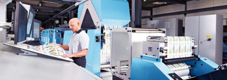 Lavoratore che utilizza un'attrezzatura di stampa Rexroth