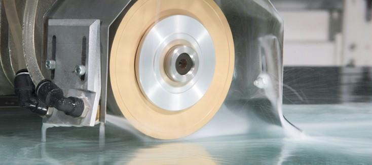 Più precisione con i controlli CNC nella lavorazione del vetro