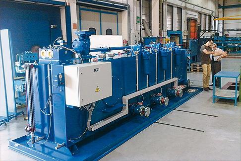 Verifica dell'unità idraulica Rexroth prima della consegna.