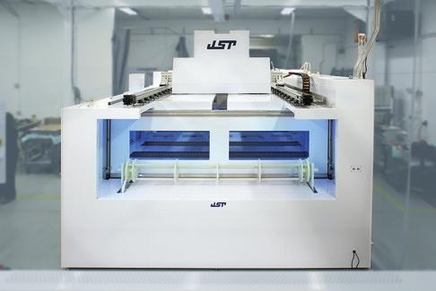 Le postazioni di pulizia con banco ad umido di JST Manufacturing movimentano i blocchi di silicio in modo che essi raggiungano una purezza del 99,99%.