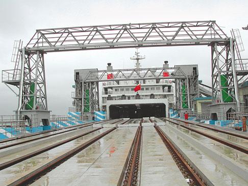 Il pontile di attracco per i treni, da 90 metri di lunghezza, è composto da tre rampe singole, collegate fra loro da giunti articolati. I movimenti vengono svolti da tre coppie di cilindri.