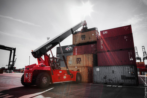 In work mode at the container, the new Kalmar reach stacker is characterized by comfort, low noise and easy controllability.