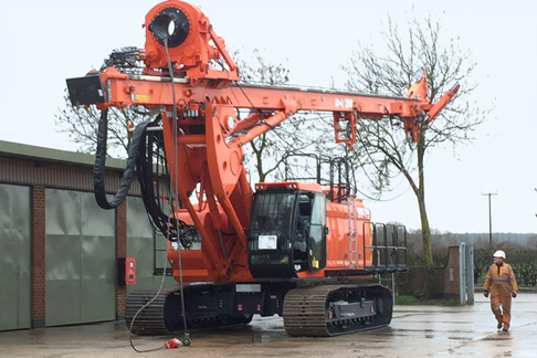 The drilling mast stowed horizontally so the machine can be transported.